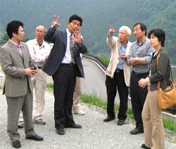 写真説明 大滝ダムの現地調査をする県議団・市議団(06年5月)