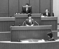 代表質問に立つ森下佐知子市議